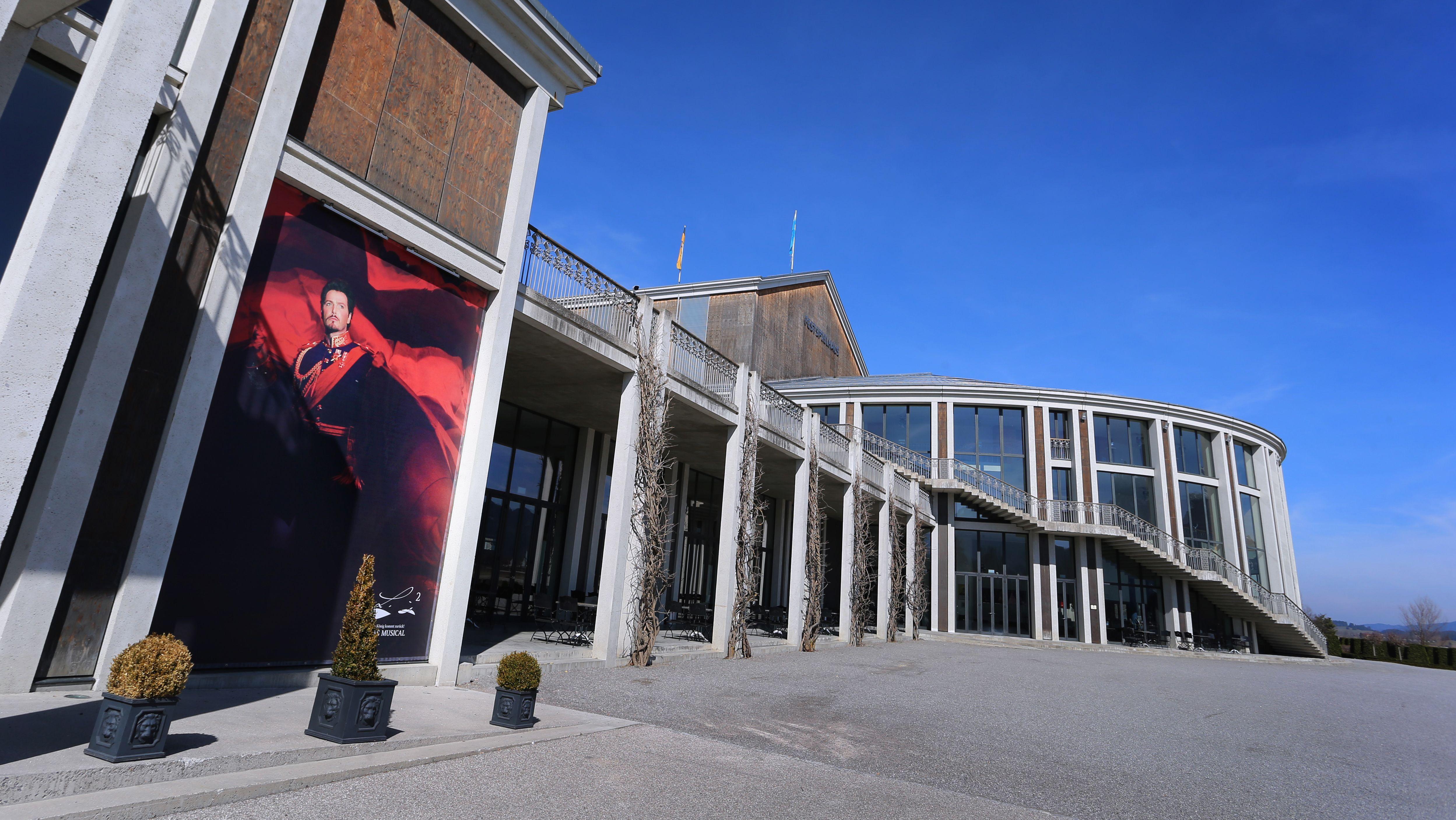 Das Festspielhaus Füssen ist mit einem Plakat, welches einen der Darsteller des König Ludwig zeigt, dekoriert.