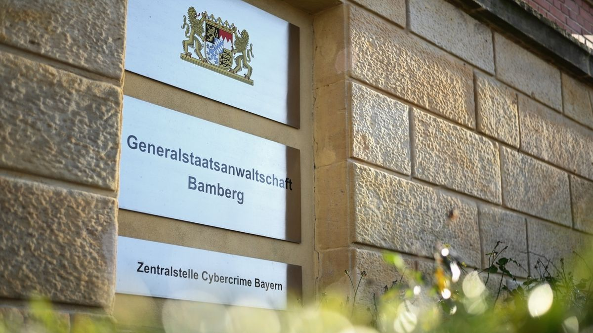 """Ein Schild mit der Aufschrift """"Generalstaatsanwaltschaft Bamberg"""" und """"Zentralstelle Cybercrime Bayern"""" hängt an der Fassade eines Gebäudes."""