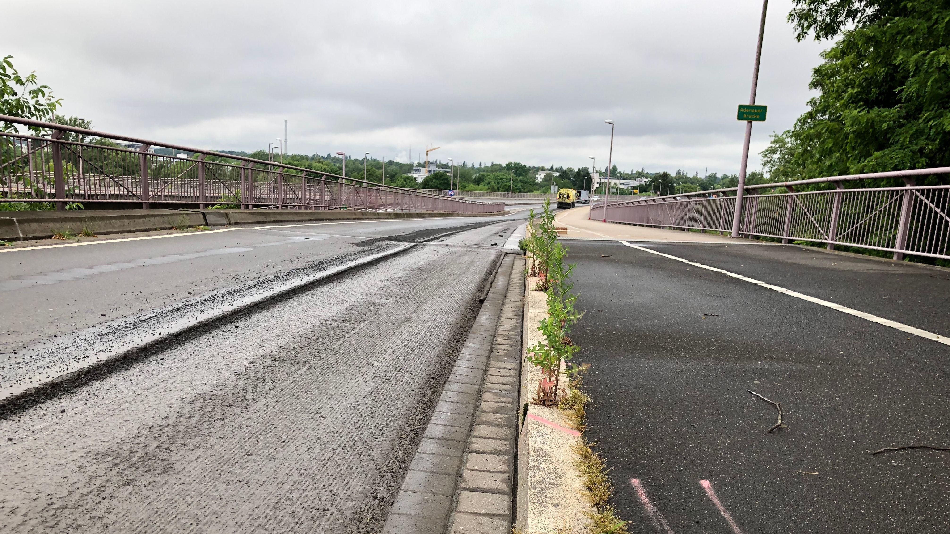 Die Fahrbahn der Adenauerbrücke