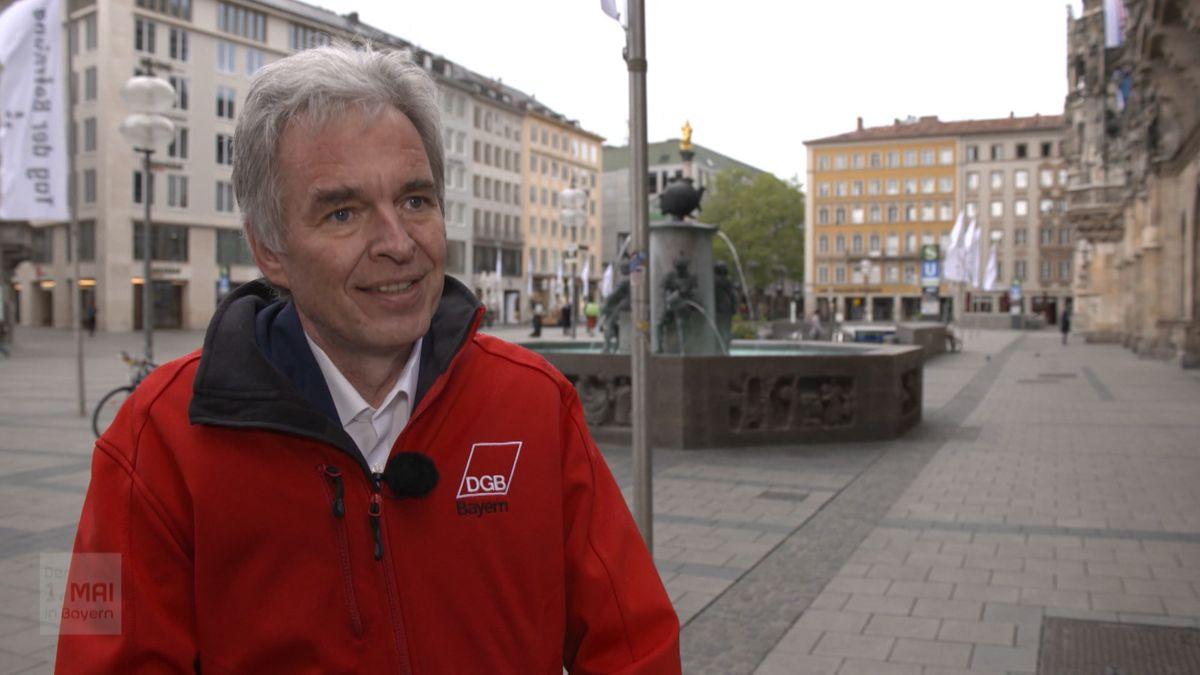 Matthias Jena steht auf dem leeren Münchner Marienplatz. Im Hintergrund der Fischbrunngen und die Mariensäule.