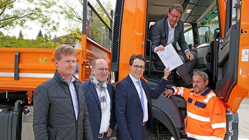 Deggendorfs OB Christian Moser nimmt die Urkunde als Sicherheitsparnter des BMVI von Bundesminister Andreas Scheuer an
