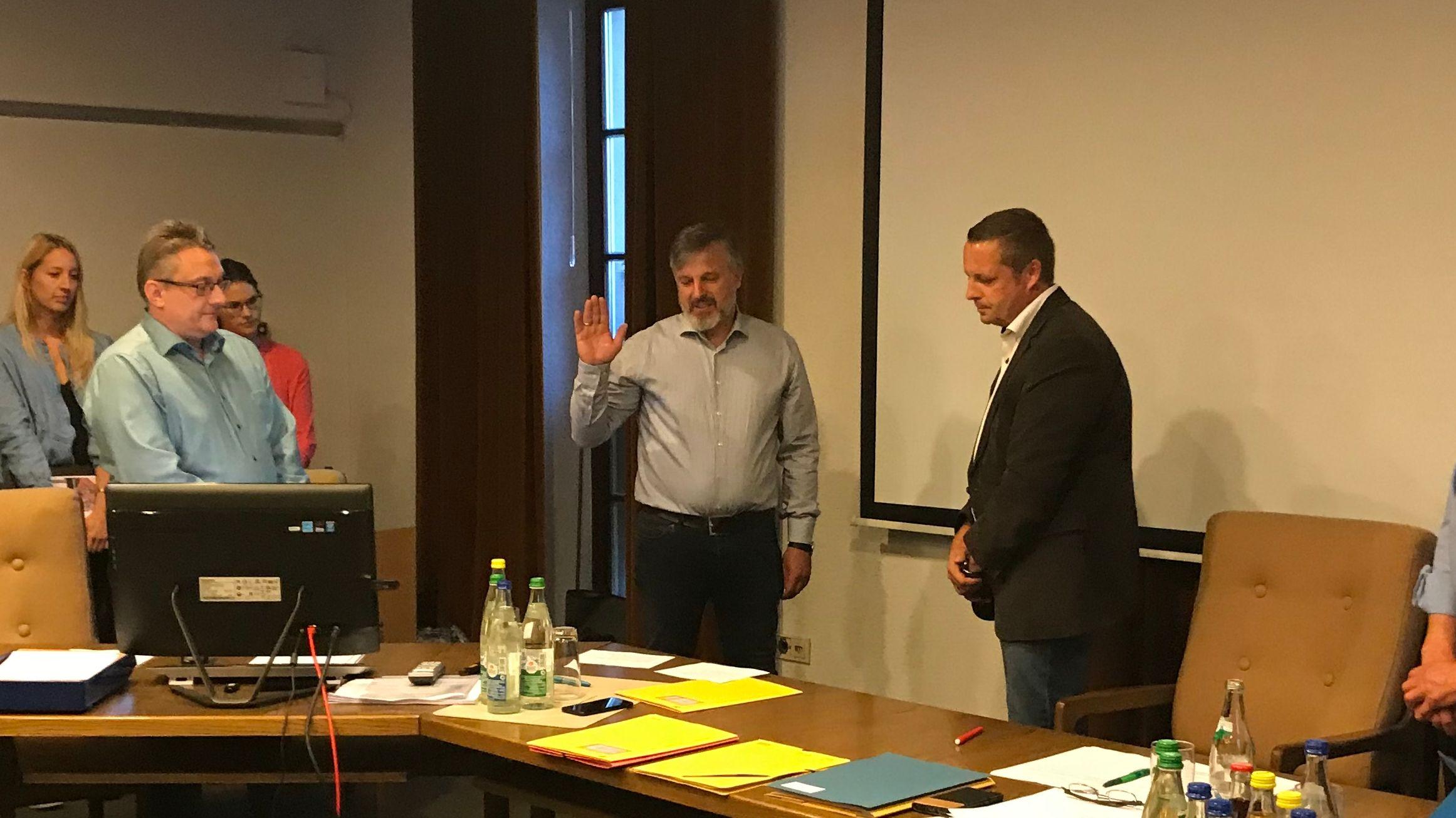 Harald Domscheit (Mitte) wird als zweiter Bürgermeister von Leutershausen vereidigt.