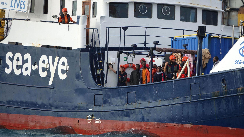 """Migranten und Besatzung auf der """"Alan Kurdi"""""""