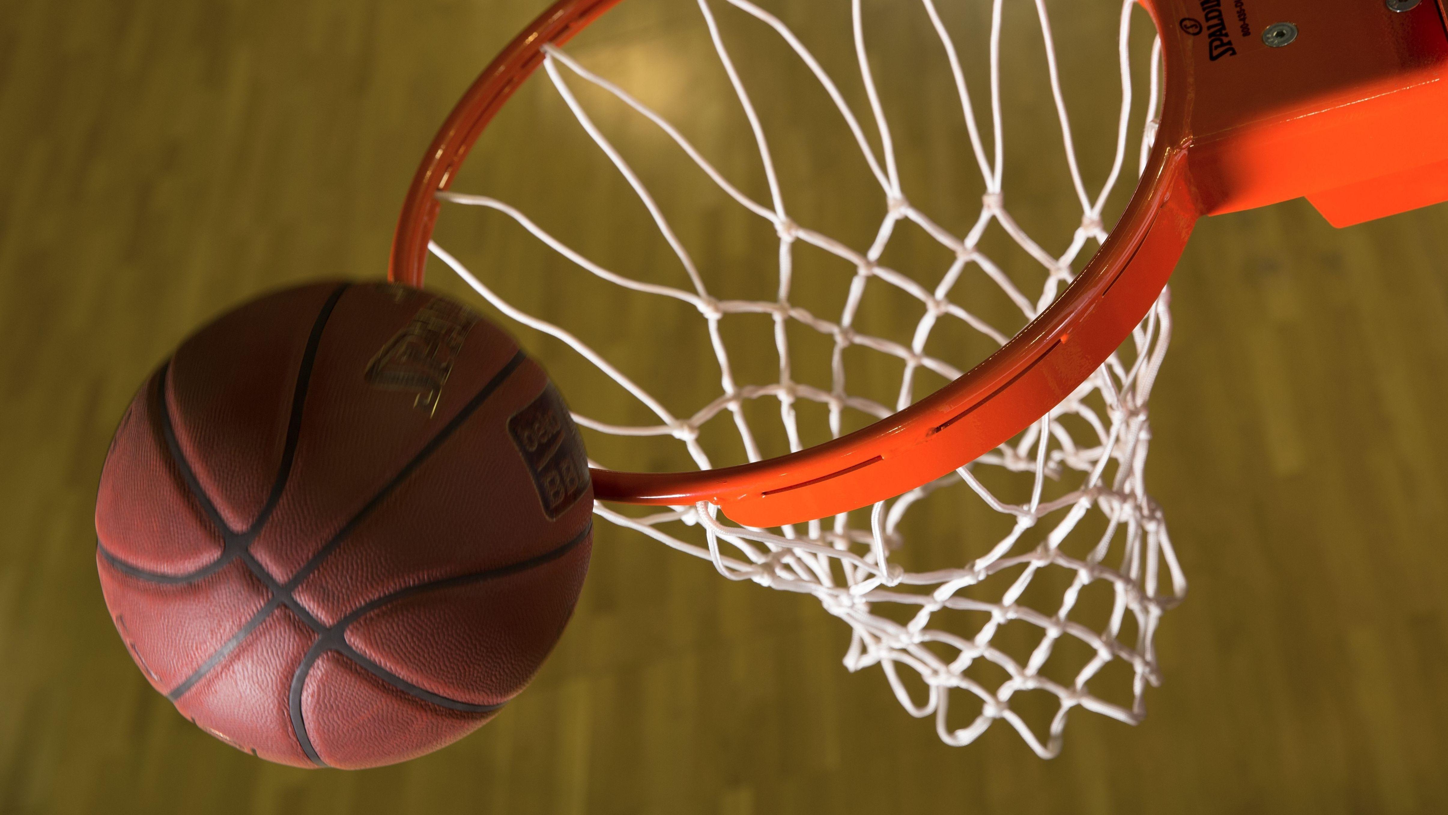Basketball und Basketballkorb