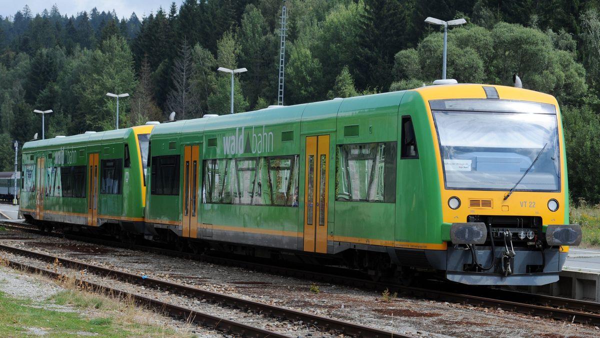 Das Bayerische Verkehrsministerium hat die angekündigte Einstellung des Bahn-Probebetriebs zwischen Viechtach und Gotteszell verteidigt.