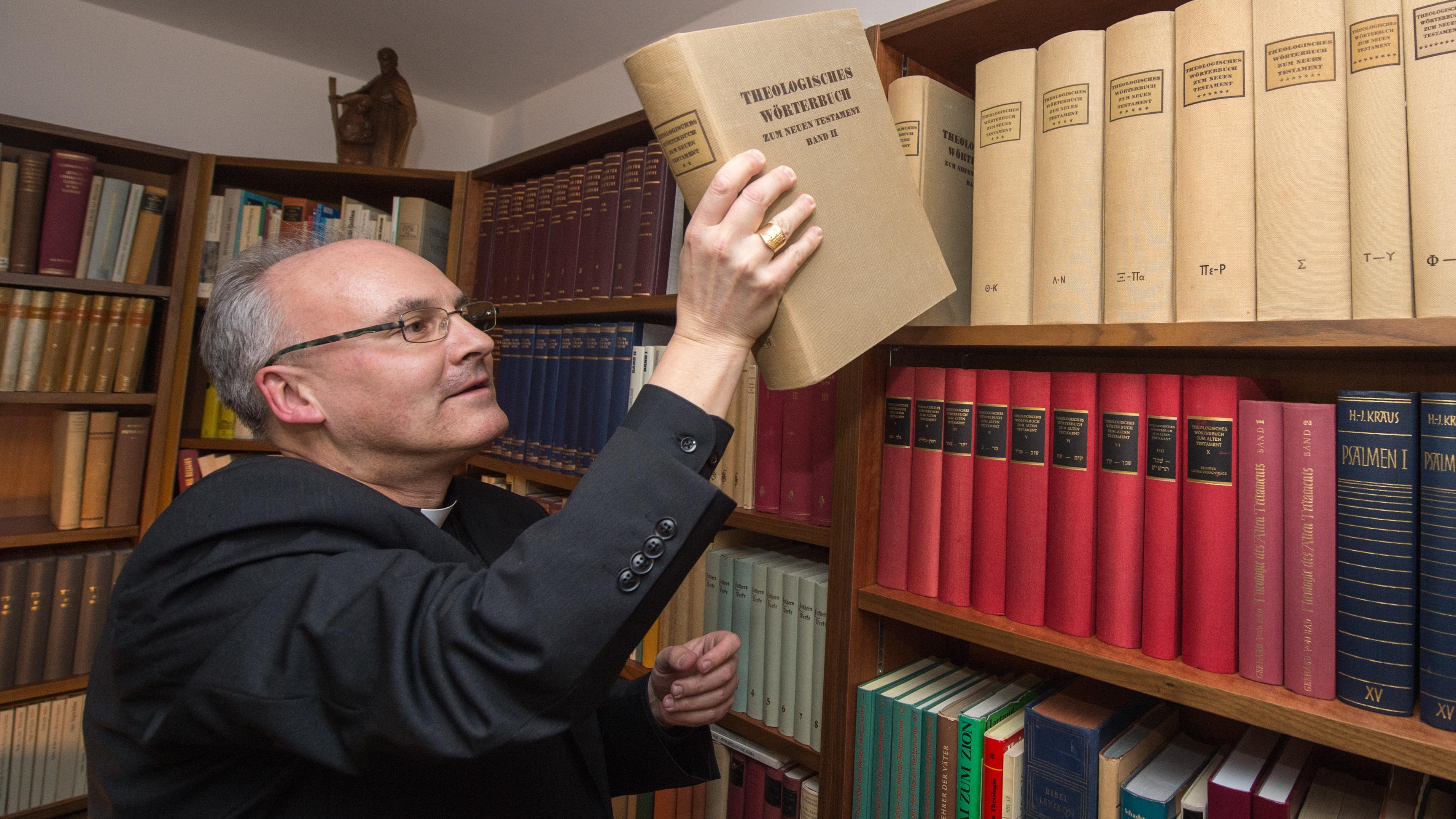 Rudolf Voderholzer im ehemaligen Papsthaus in Pentling.