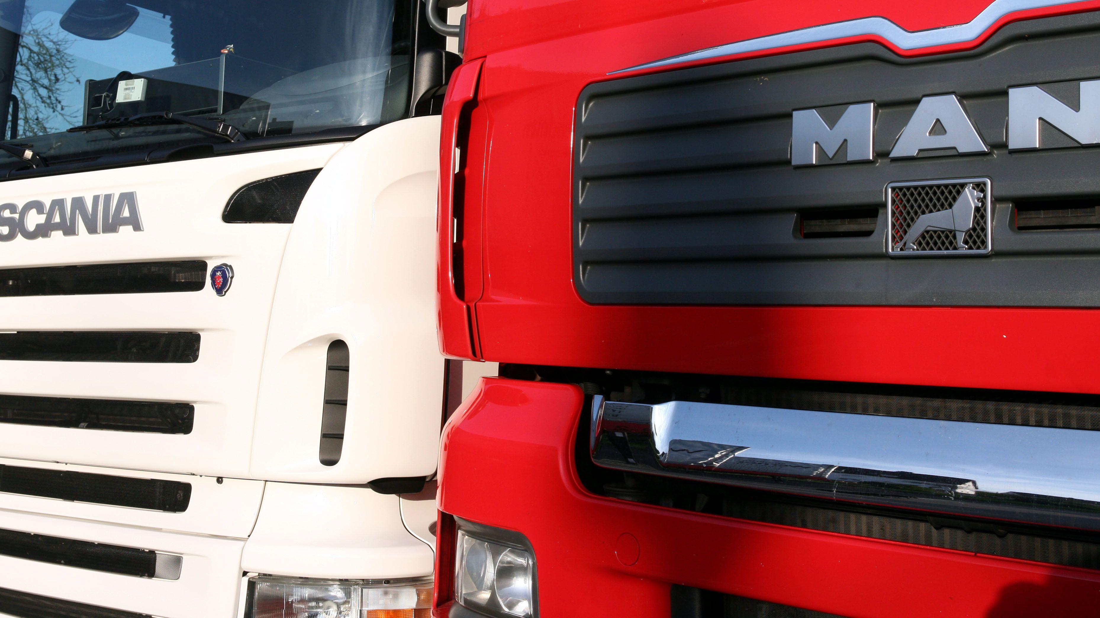 Je ein Lkw der Marken Scania und MAN in der Frontansicht nebeneinander