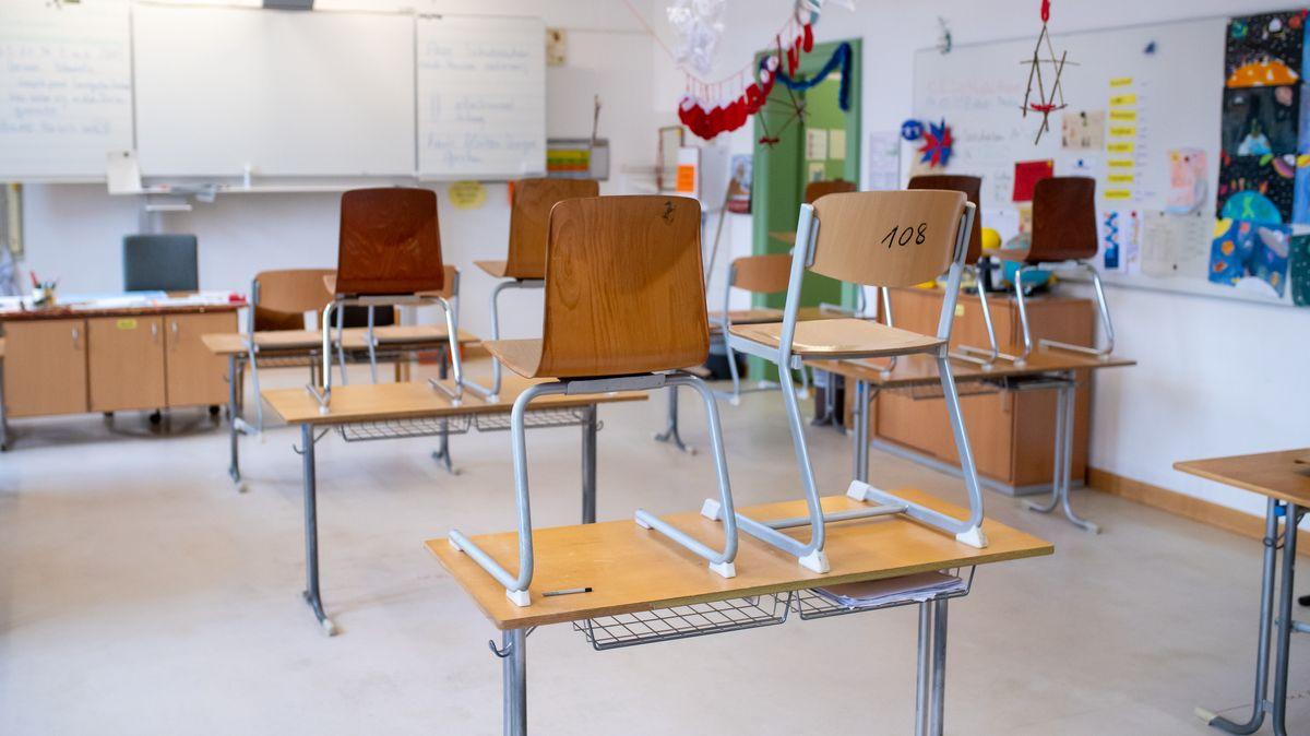 Archivbild: Ein leeres Klassenzimmer in einer Mittelschule in München