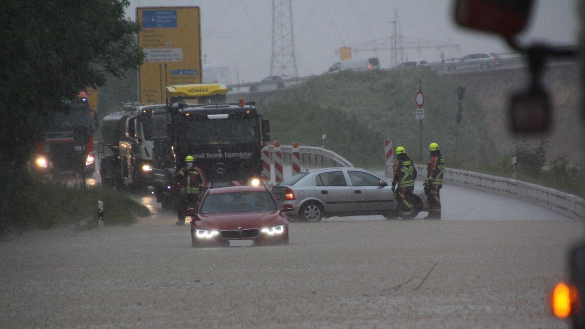 Überflutete Fahrbahn bei Barbing