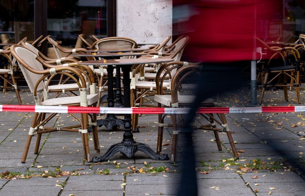 02.11.2020, Bayern, München: Stühle und Tische im Außenbereich einer geschlossenen Gaststätte sind mit Flatterband abgesperrt. Bund und Länder haben ab dem 02.11.2020 einen Teil-Lockdown beschlossen. Foto: Sven Hoppe/dpa +++ dpa-Bildfunk +++