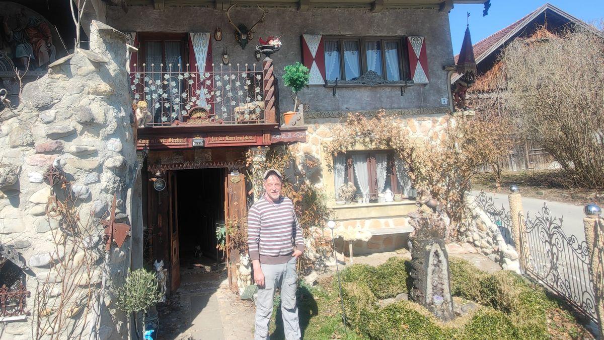 Der Künstler Thomas Schöne vor seinem Haus im Dorf Frankau.