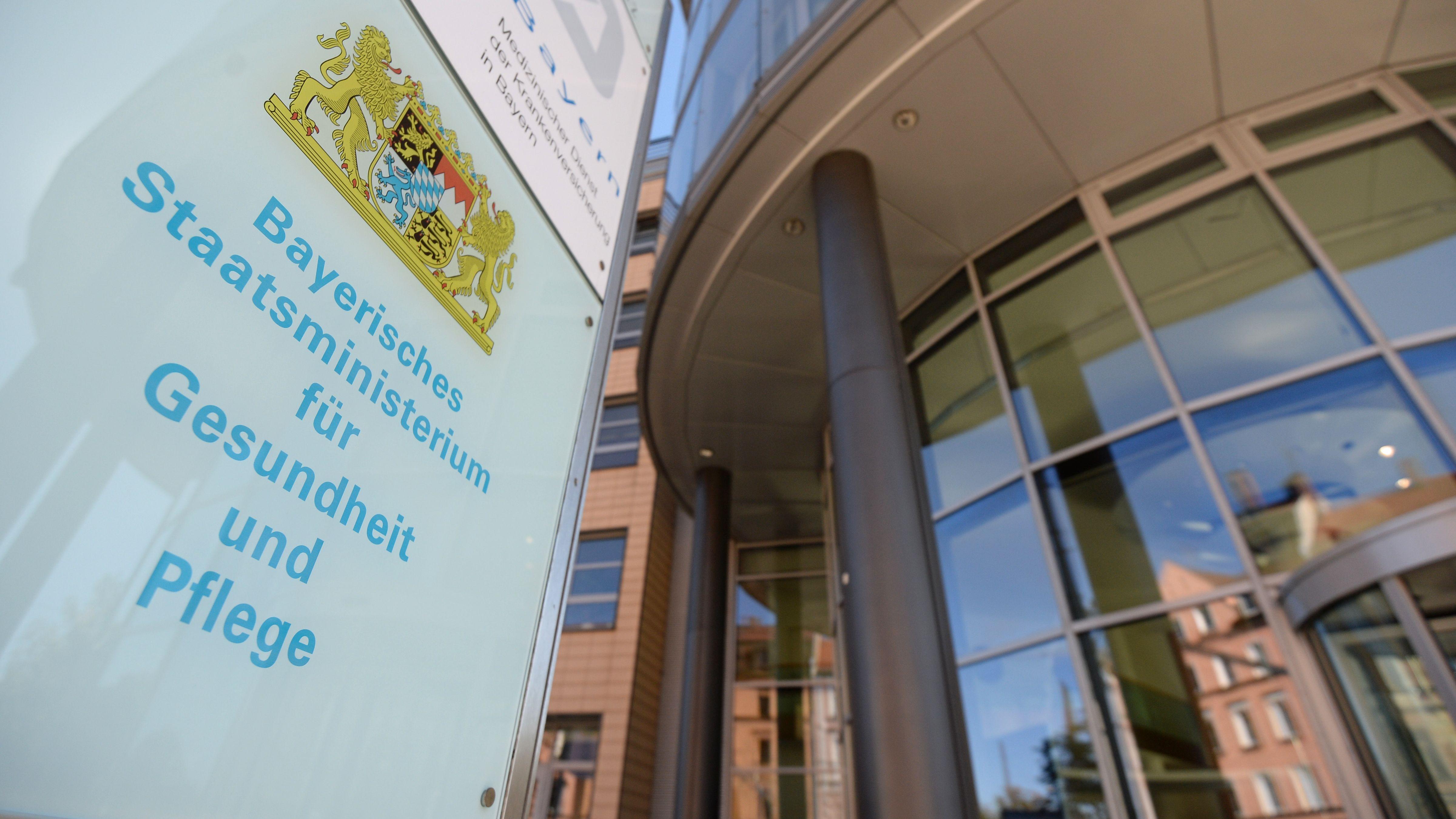 Eingang des Bayerischen Gesundheitsministeriums in München