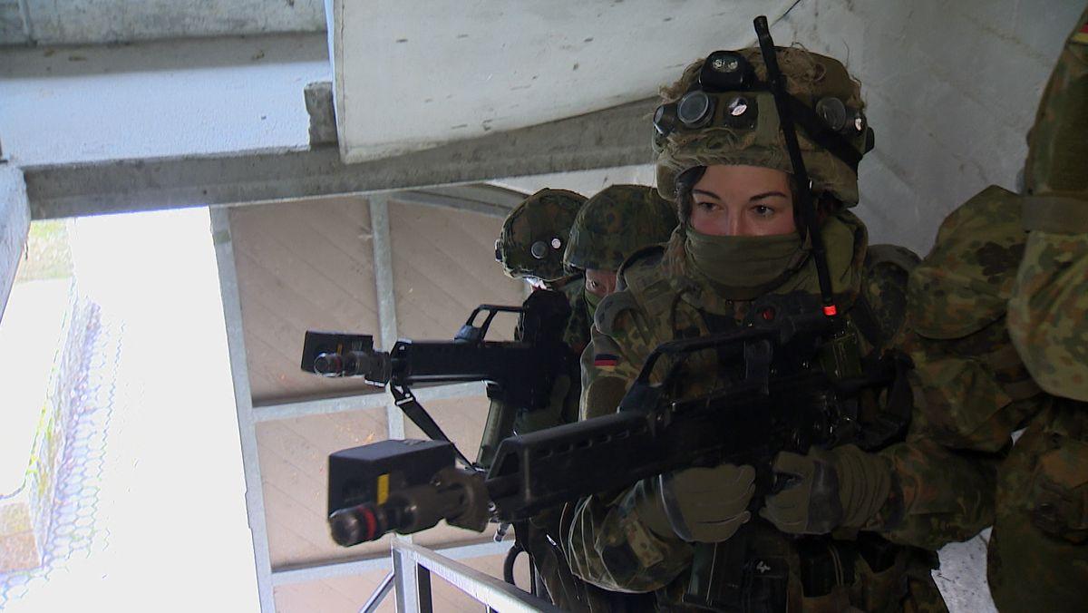Soldatin bei einer Bundeswehr-Übung