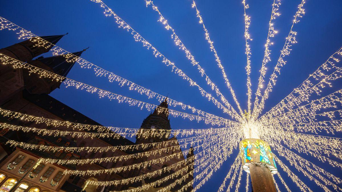 Weihnachtliche Lichterketten hängen vor dem Mainzer Dom auf dem Marktplatz.