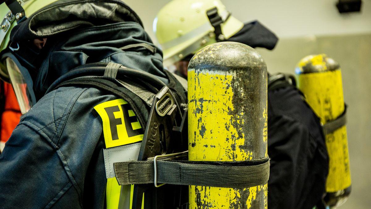 Feuerwehr mit Atemschutzgeräten im Einsatz