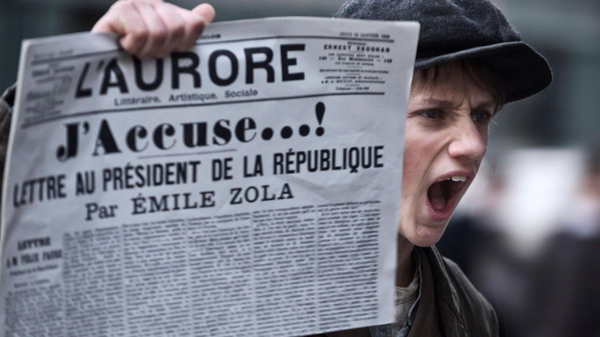 """In einer Szene aus Roman  Polanskis neuem Film """"J'accuse"""" verkauft ein Junge lautstark eine Zeitung."""
