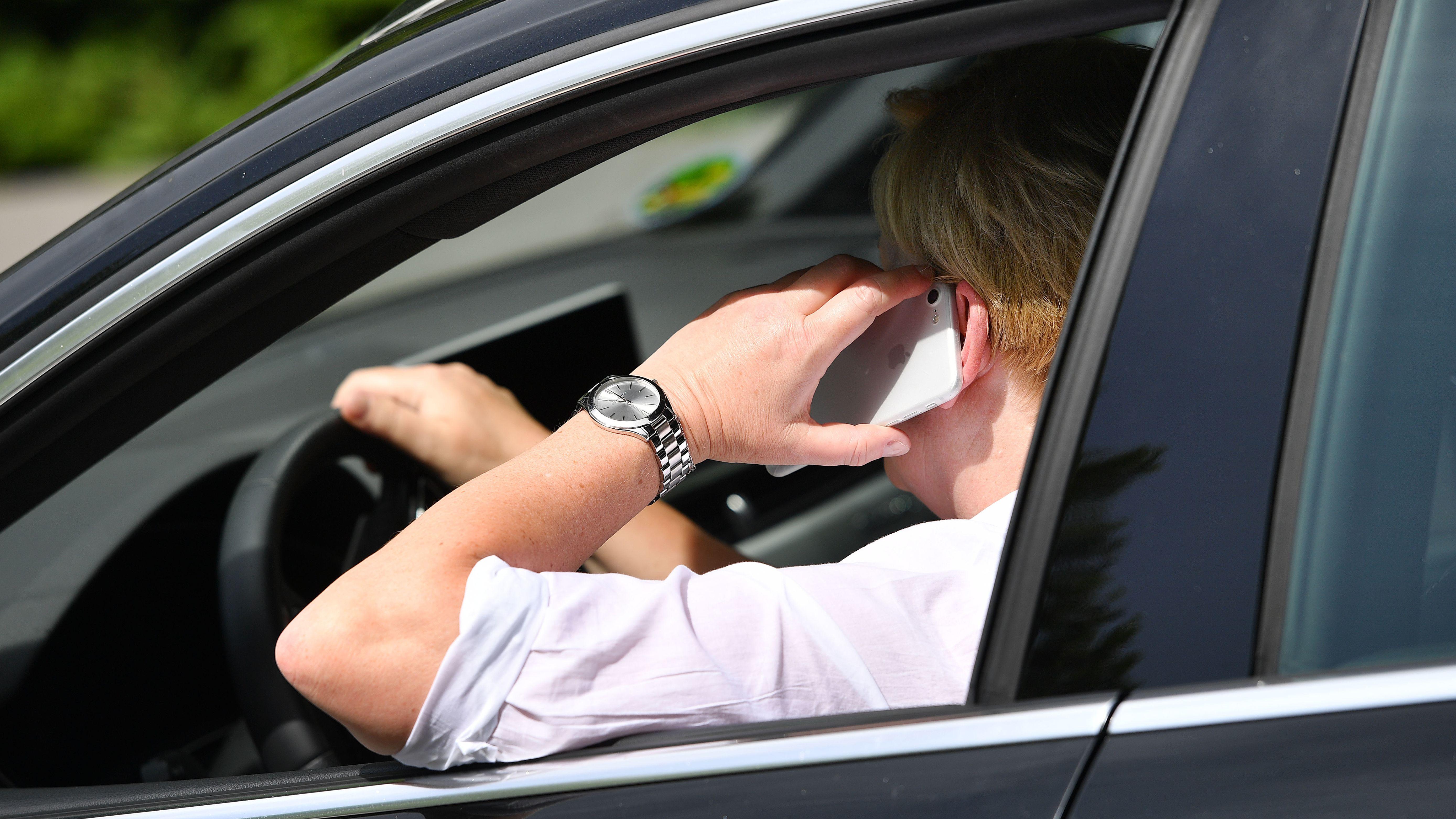Benutzung eines Mobiltelefons am Steuer eines Pkw