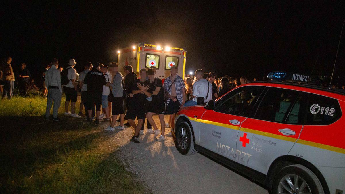 Partyvolk und Rettungswagen