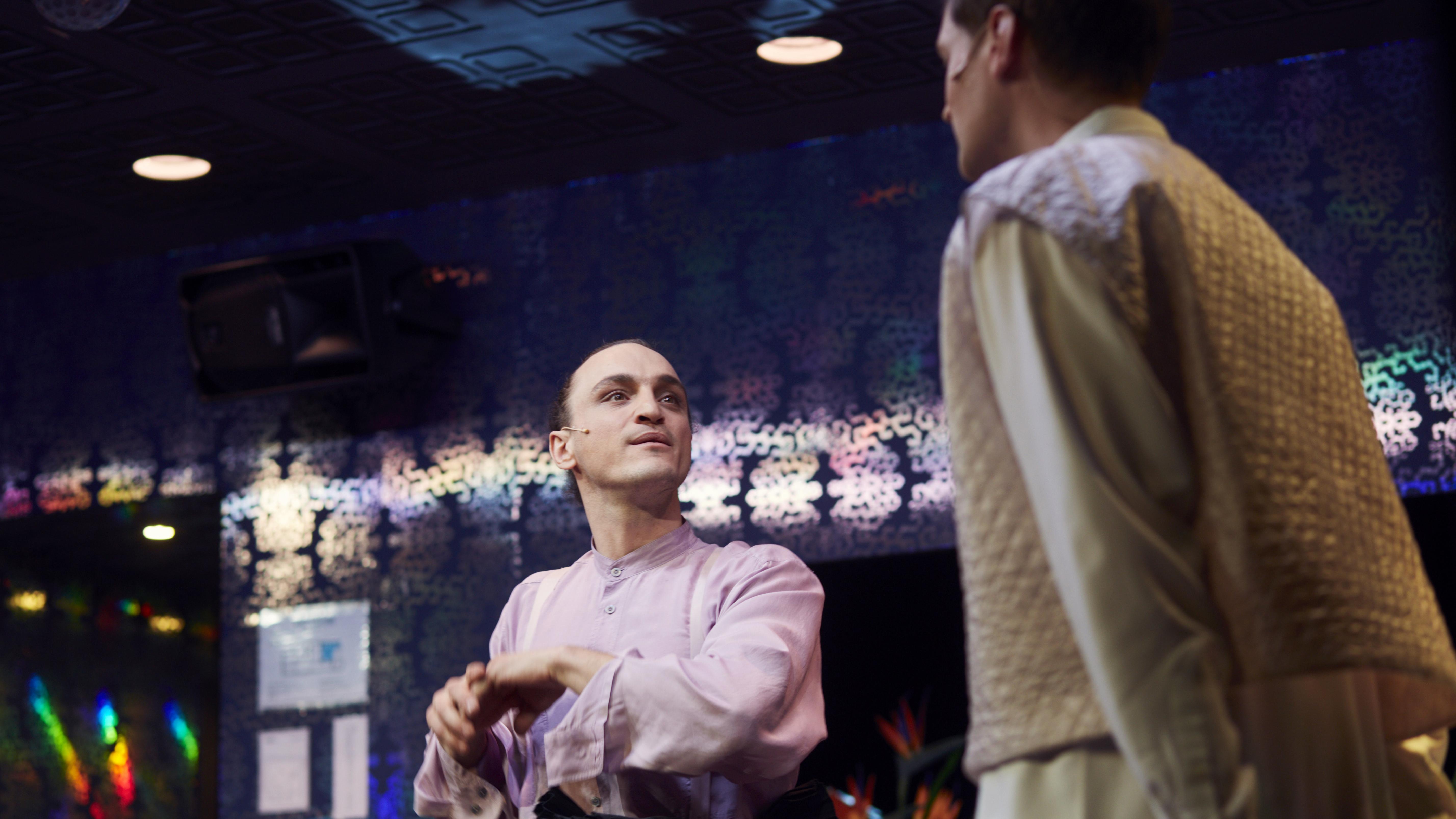 """Szene aus """"No Sex"""" von Toshiki Okada  an den Münchner Kammerspielen: Franz Rogowski und Christian Löber stehen sich auf der Bühne gegenüber"""