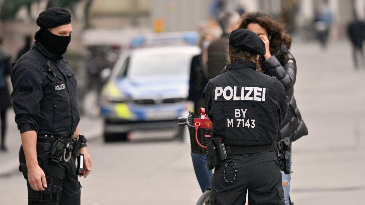 Polizisten kontrollieren die Einhaltung der Maskenpflicht