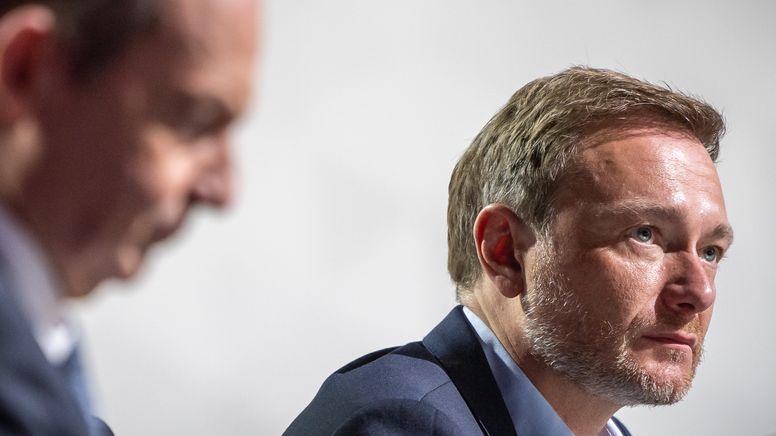Christian Lindner, Parteivorsitzender der FDP, sitzt neben Volker Wissing, Generalsekretär der FDP, beim Bundesparteitag der FDP auf dem Podium.    Bild:pa/dpa/Michael Kappeler