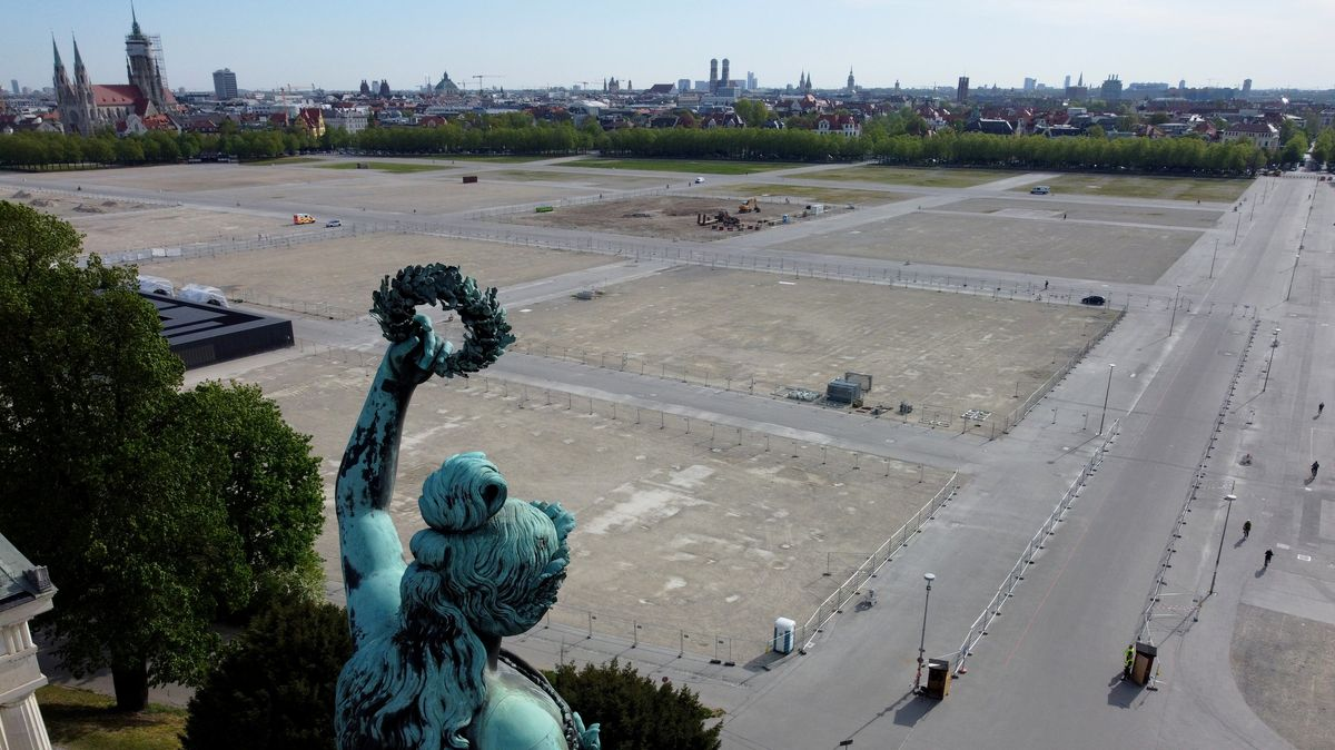 Die Bavaria-Statue steht oberhalb der leeren Theresienwiese.