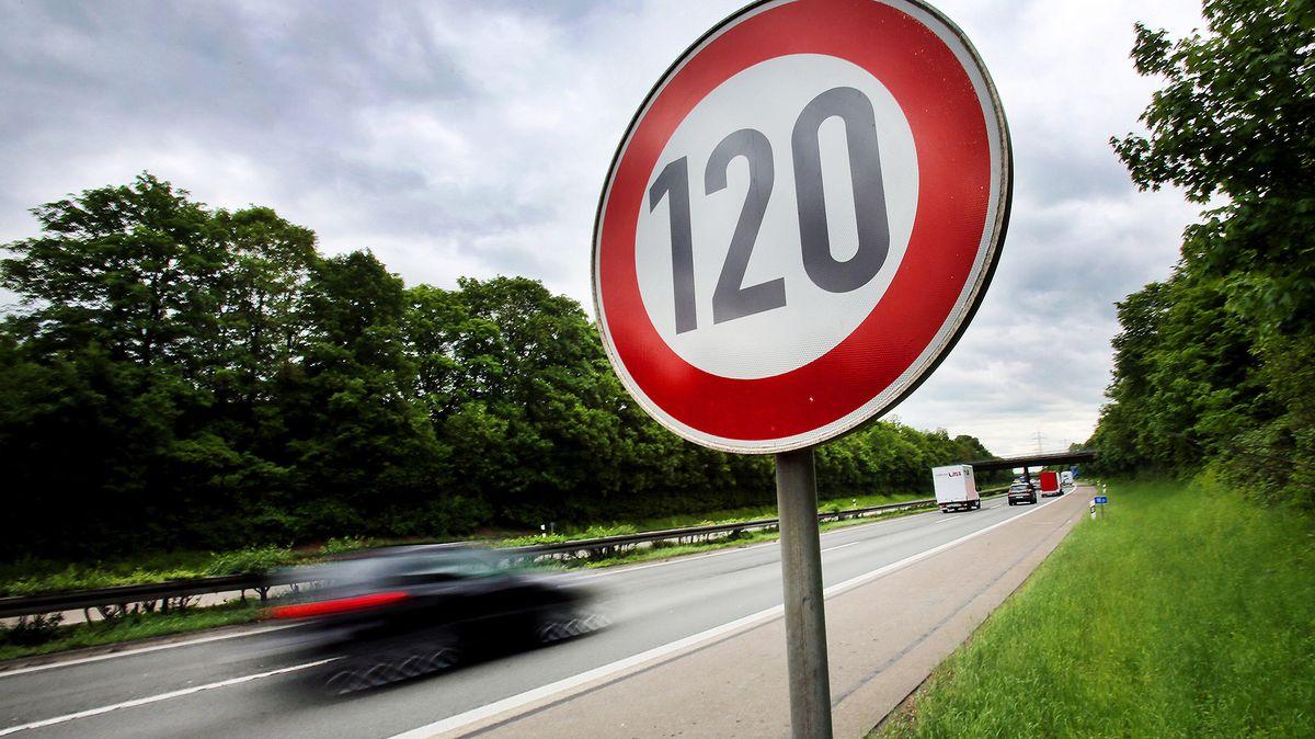"""Verkehrsschild """"120"""" an einer Autobahn"""