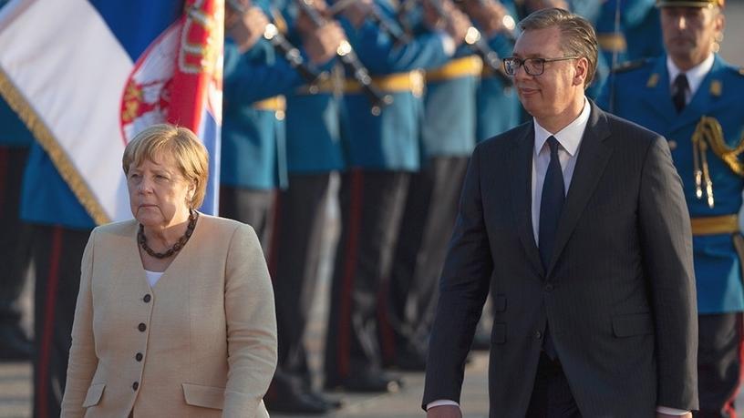 Angela Merkel geht in Begleitung von Aleksandar Vucic in der serbischen Hauptstadt Belgrad an einer Ehrengarde vorbei.