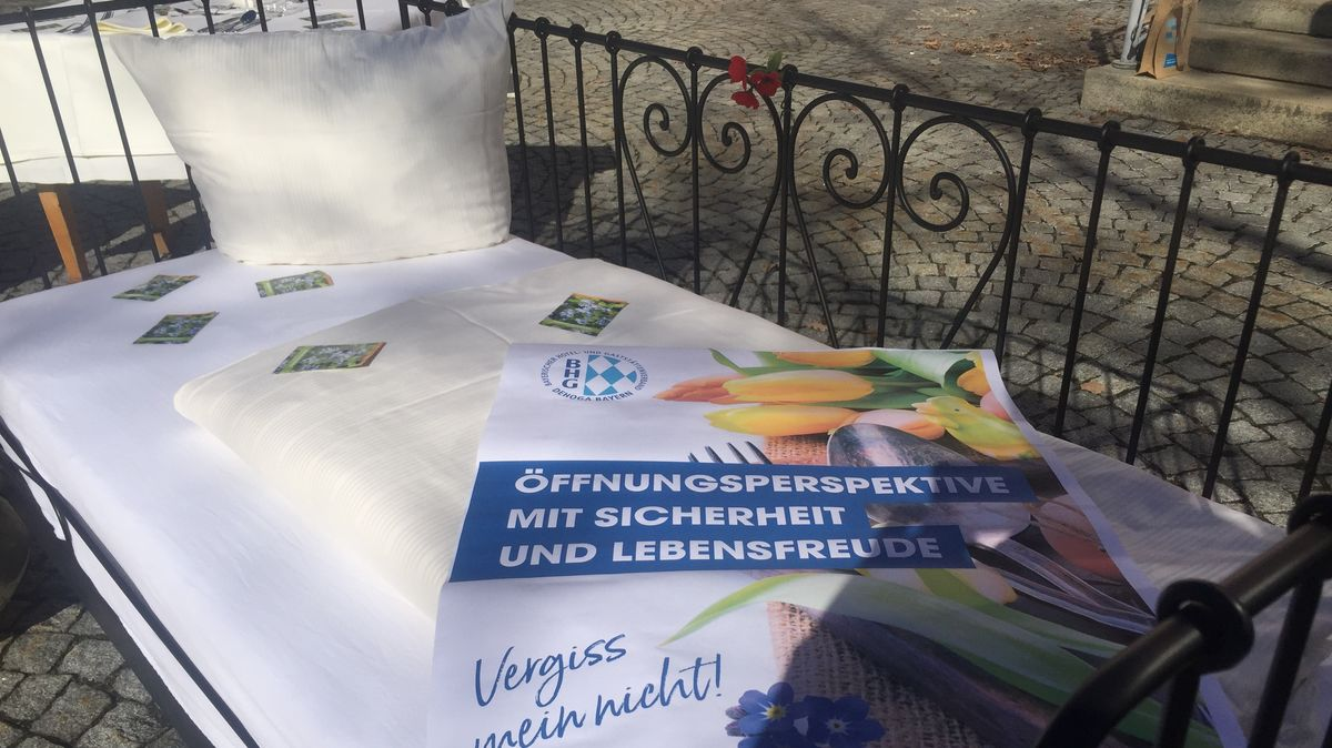 Ein frisch gemachtes Hotelbett steht vor dem Rathaus in Bodenmais