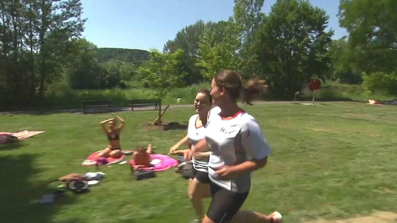 Zwei Frauen bereiten sich auf den Lauf vor
