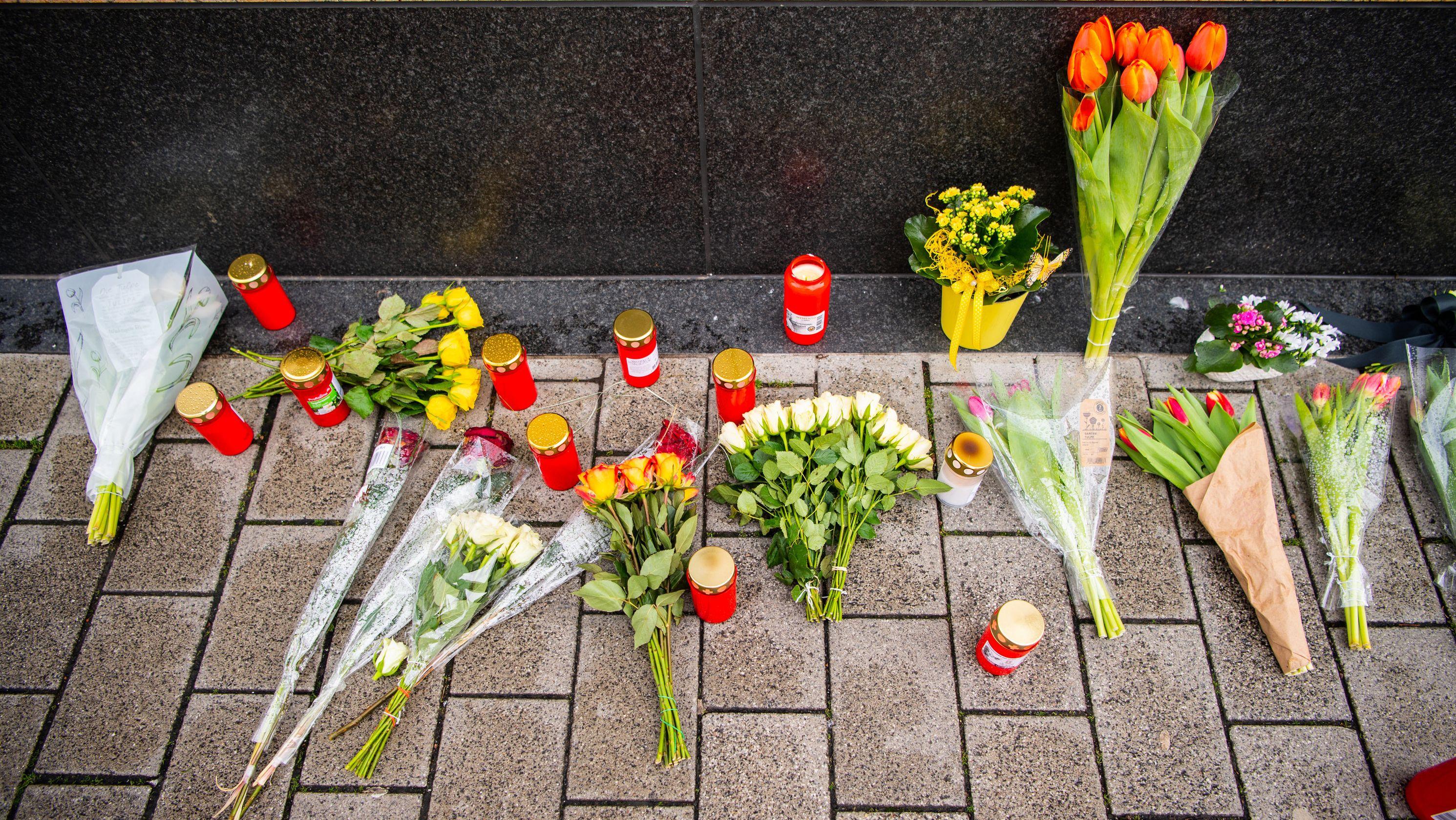 Blumen liegen in der Nähe des Tatorts in der Hanauer Innenstadt.