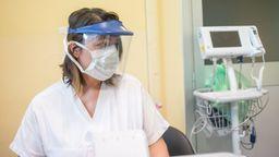 Eine Krankenschwester im Martini Hospital in Turin, wo potentielle Coronavirus-Parienten von anderen Patienten separiert werden. | Bild:pa/dpa/Mauro Ujetto/NurPhoto