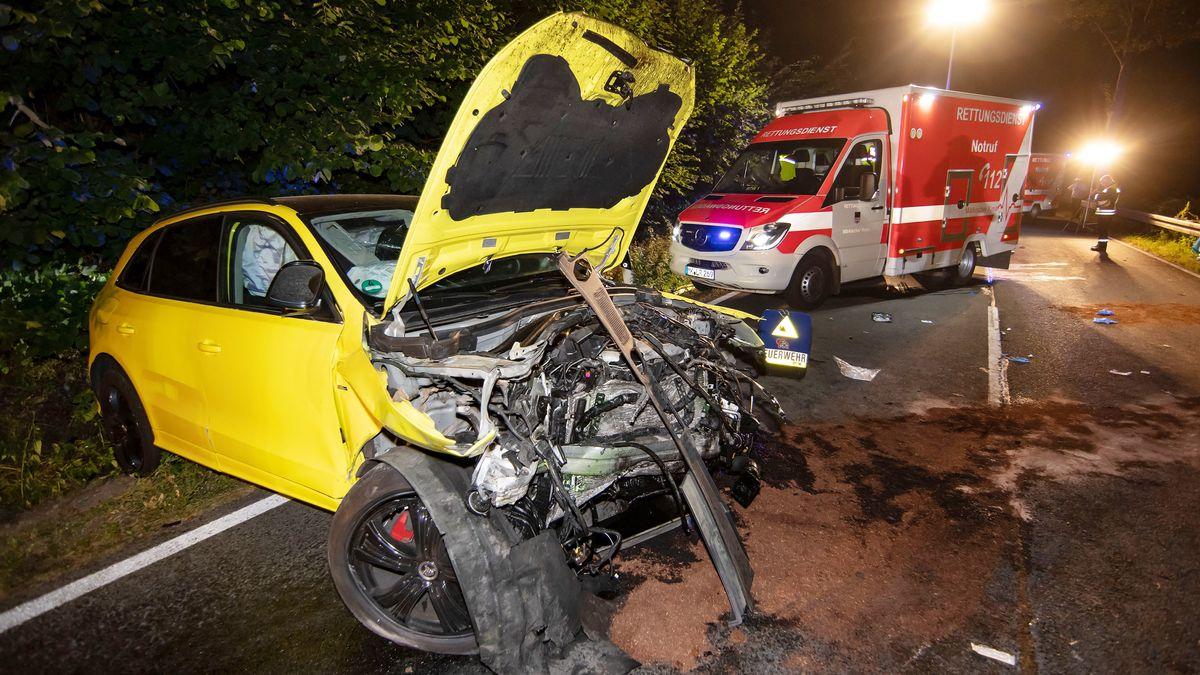 Gelbes Autowrack nach Unfall, Rettungswagen.