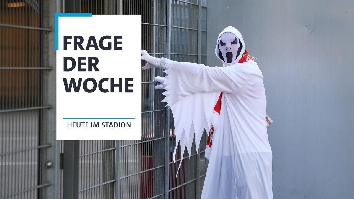 Fußball-Fan als Geist verkleidet vor verschlossenem Stadion
