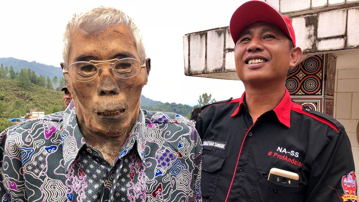 Alle drei Jahre holt auf der indonesischen Insel Sulawesi das Bergvolk der Toraja seine Toten aus den Gräbern zur Ma'nene