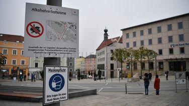 Schilder weisen am Ludwigsplatz auf die bestehende Alkoholverbotszone und die Maskenpflicht in Passau hin. | dpa/pa/Lino Mirgeler