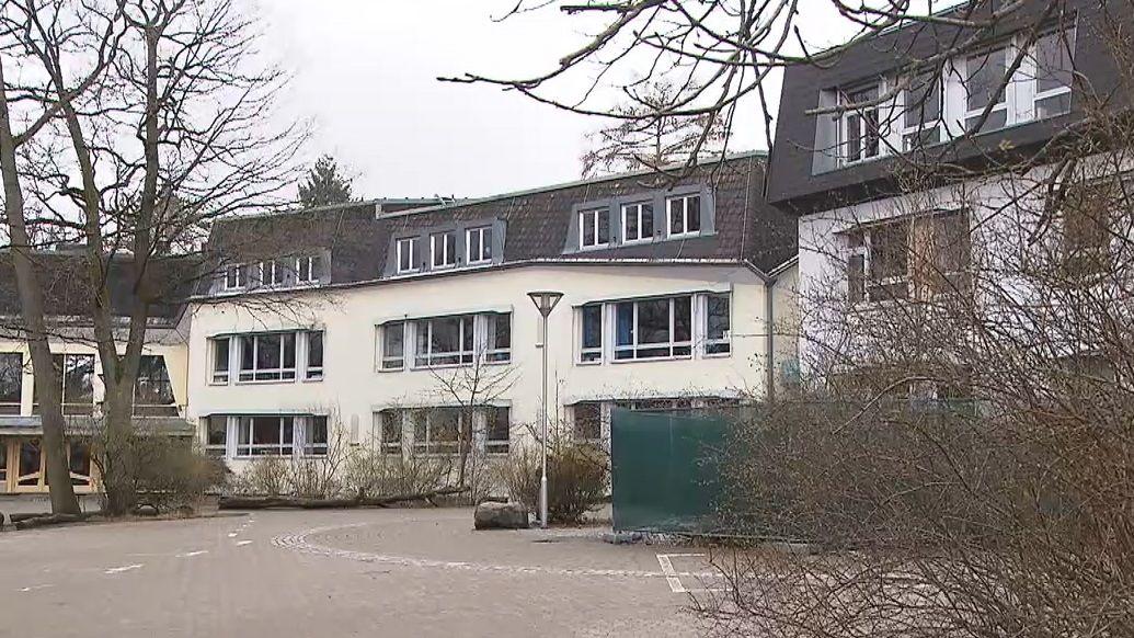 Schulhof der verwaisten Rudolf-Steiner-Schule in Nürnberg