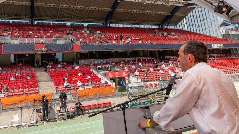 Hubert Aiwanger auf der Parteiveranstaltung im Nürnberger Fußballstadion | Bild:pa/dpa/Peter Kneffel