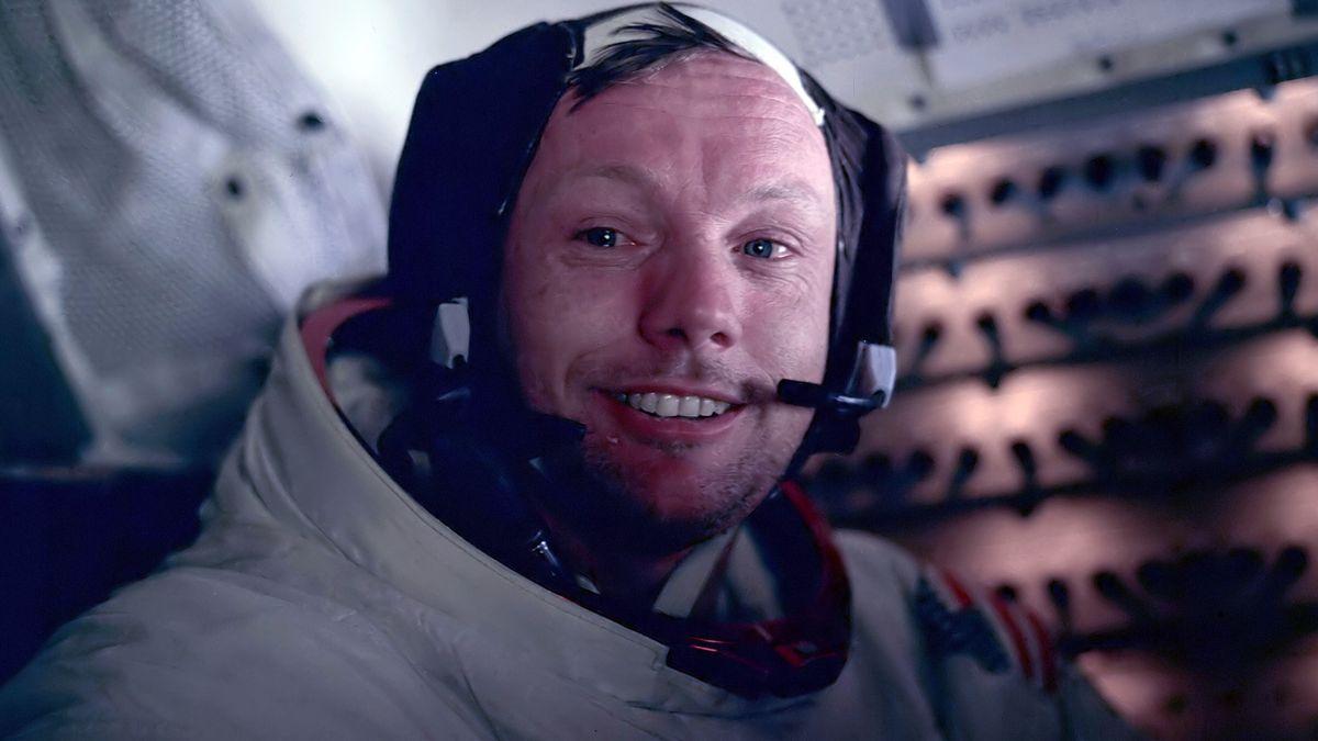 Neil Armstrong im Raumanzug und mit Headset
