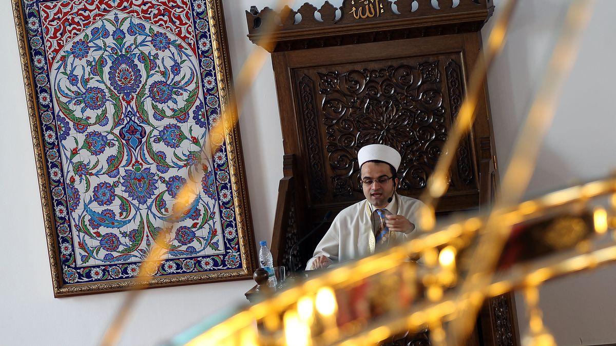 Ein Imam predigt in der Merkez-Moschee in Duisburg während des Freitagsgebetes 2010.