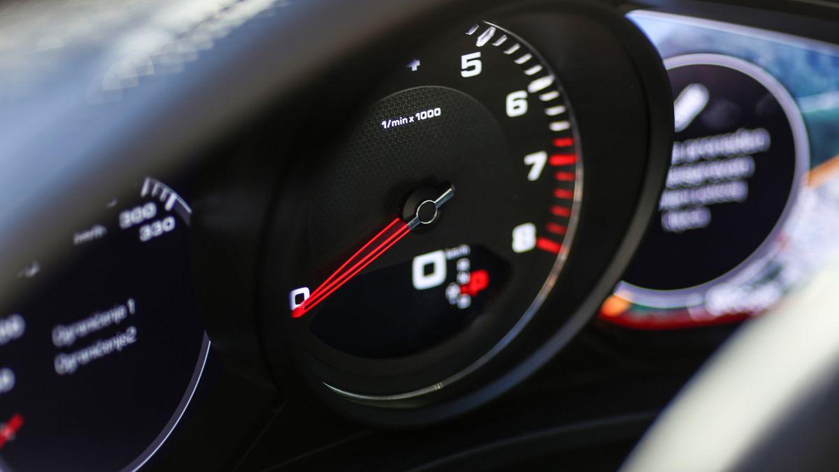 Das Armaturenbrett eines Autos