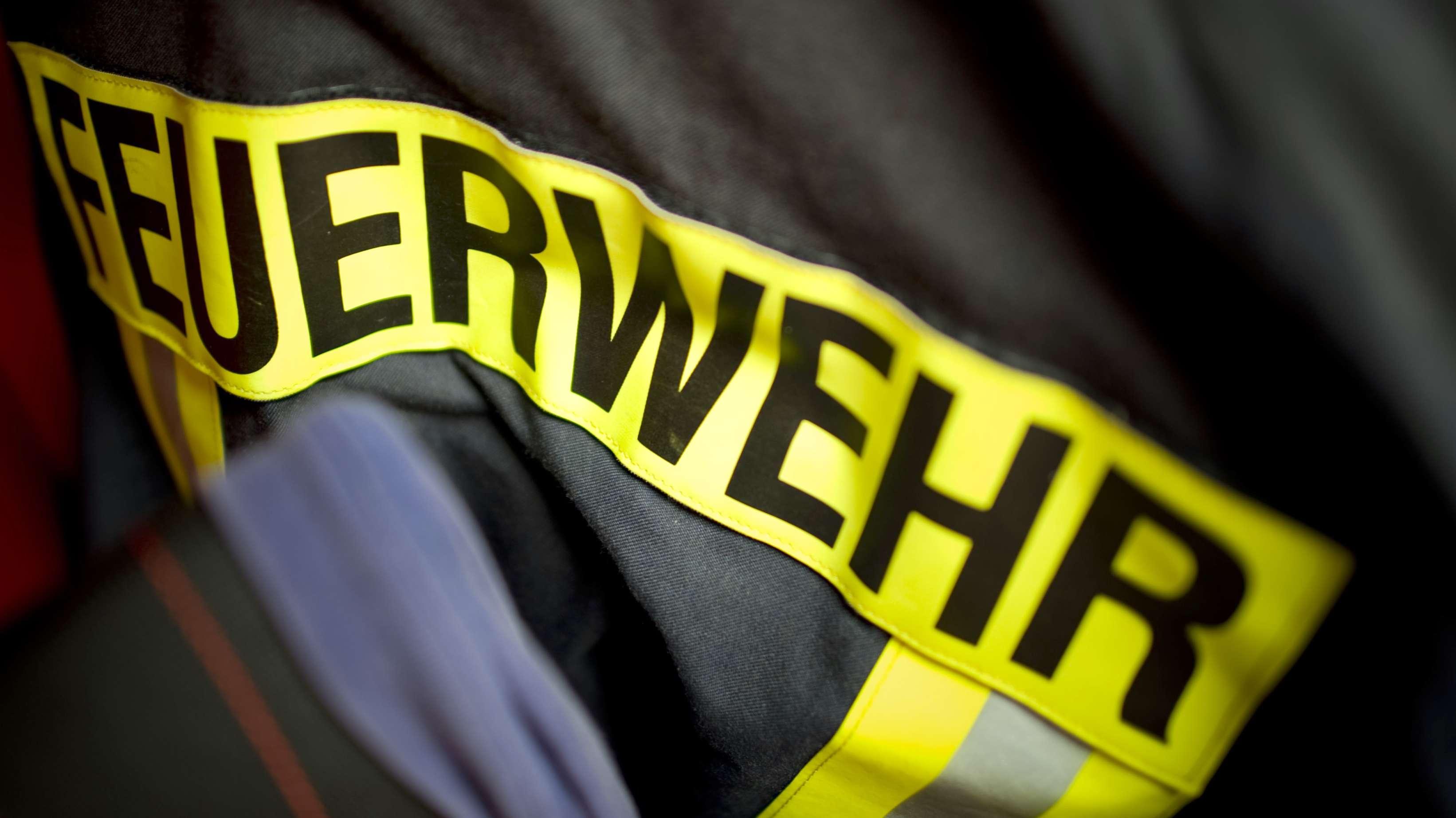 """Aufschrift """"Feuerwehr"""" auf einer Jacke für Einsatzkräfte (Archivbild)"""