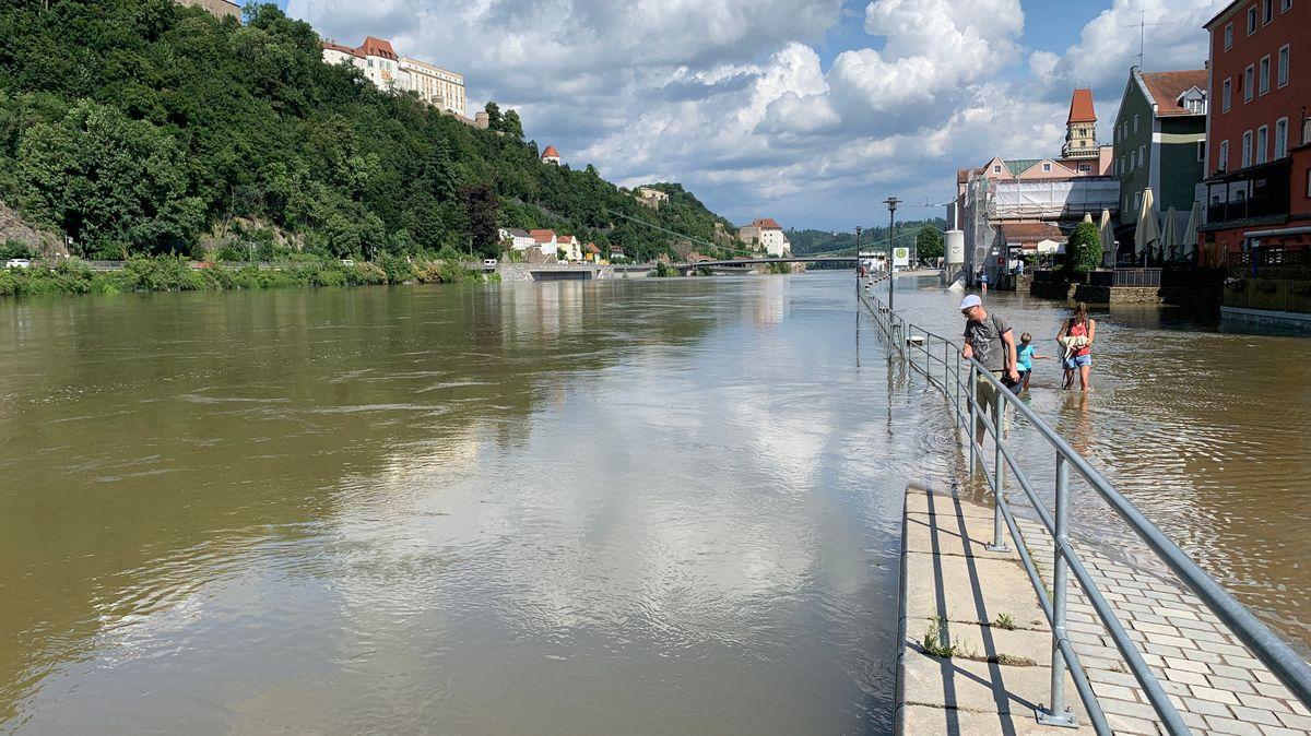 Die Uferpromenade an der Donau ist noch vom Hochwasser betroffen