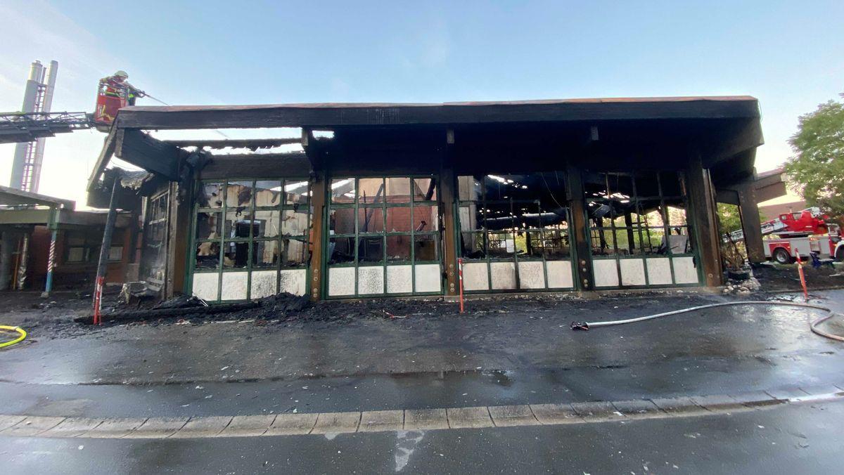 In der Nacht zum Donnerstag brannte eine Behindertenwerkstatt der Diakonie in Bayreuth fast vollständig ab. Die Brandursache ist noch unklar.