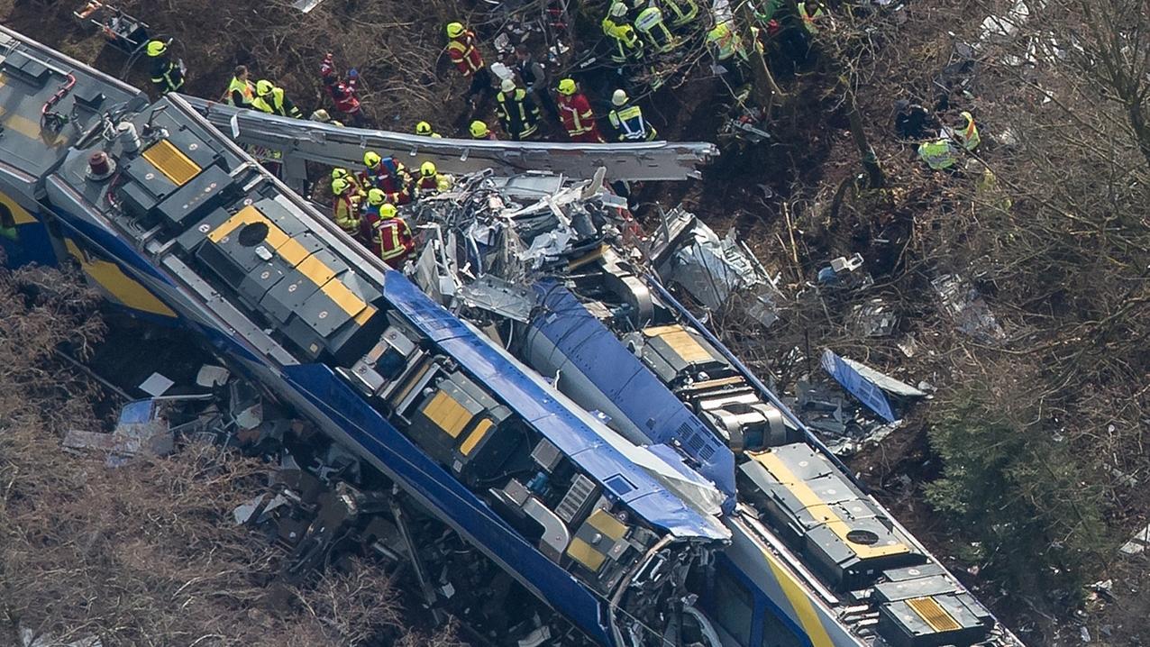 Rettungskräfte stehen am 9. Februar 2016 an der Unfallstelle eines Zugunglücks bei Bad Aibling.