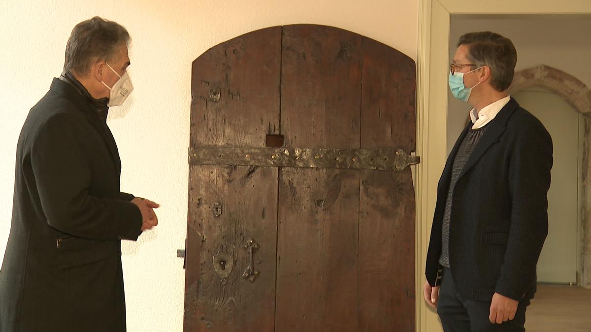 Pfarrer Martin Brons und Jo-Achim Hamburger, Vorsitzender der Israelitischen Kultusgemeinde Nürnberg vor der Tür in Sankt Sebald.