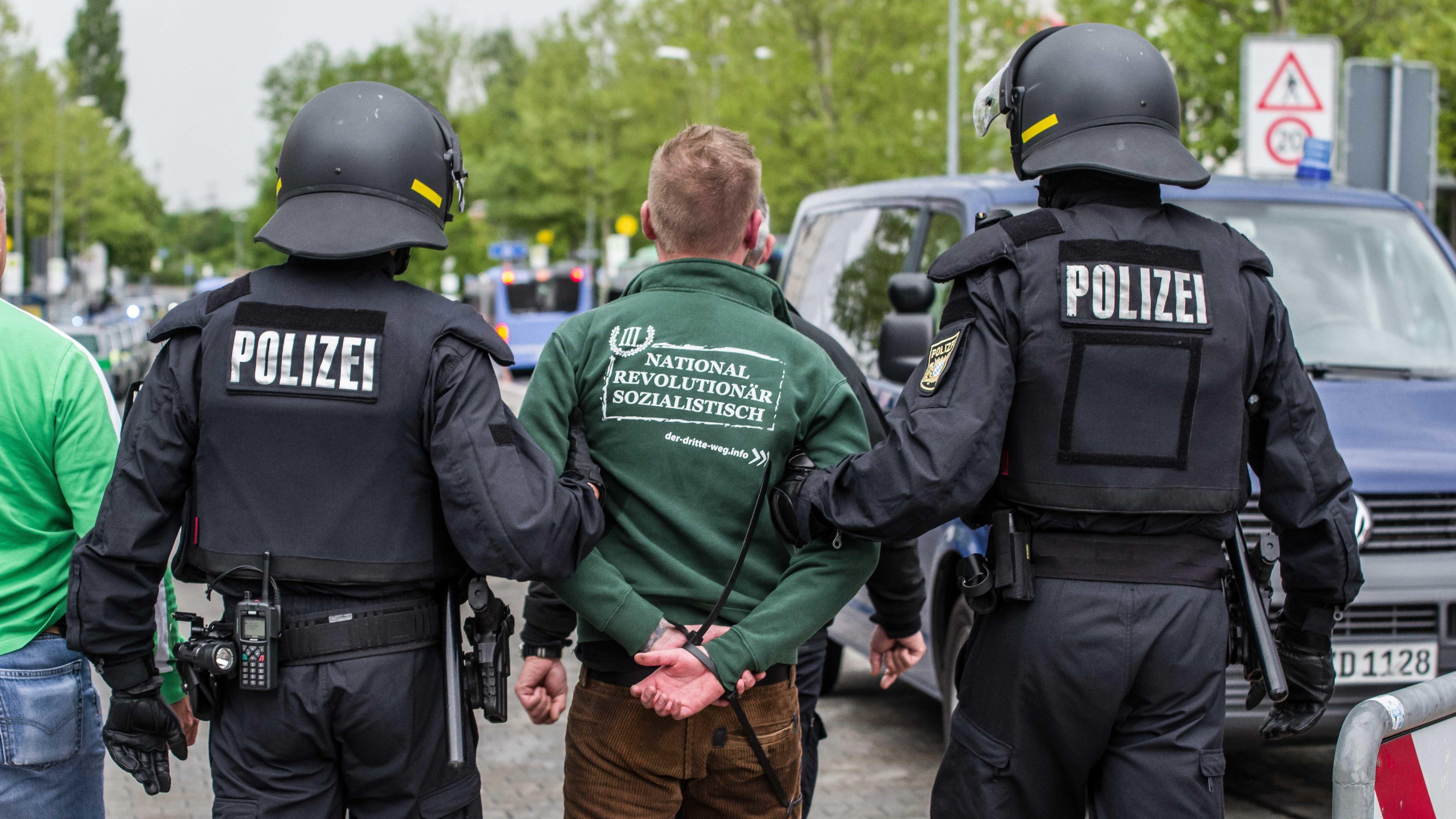 München: Polizisten nehmen am Rande einer Demonstration am 1. Mai einen Mann fest, der einer Neo-Nazi-Gruppe angehört.
