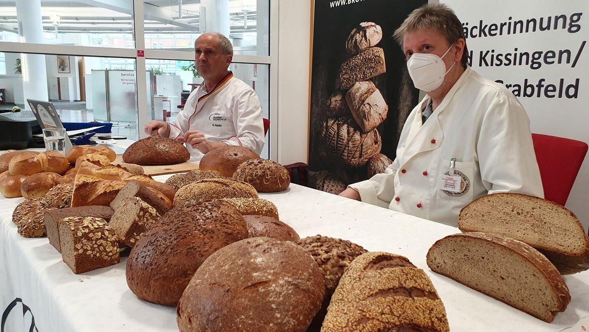 Brotprüfung in Bad Kissingen: Links, Brotprüfer Manfred Stiefel; rechts, Heribert Hedrich, stellvertretender Obermeister der Bäckerinnung Bad Kissingen/Rhön Grabfeld