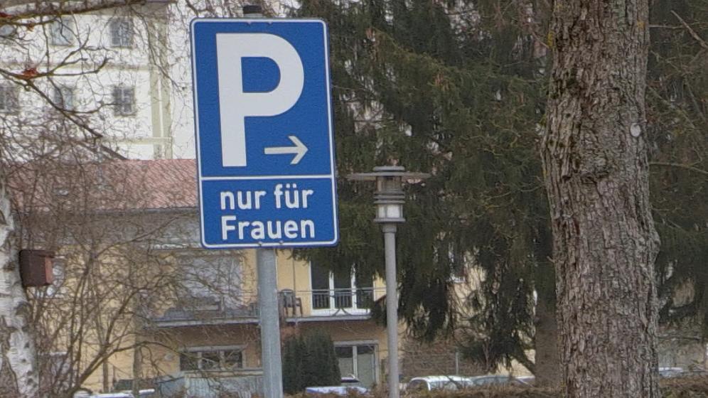 Ausweisung eines Parkplatzes nur für Frauen | Bild:BR / Nadine Cibu