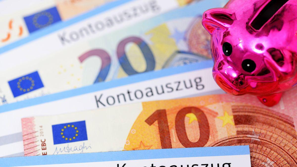 Kontoauszüge und Geldscheine mit Sparschwein